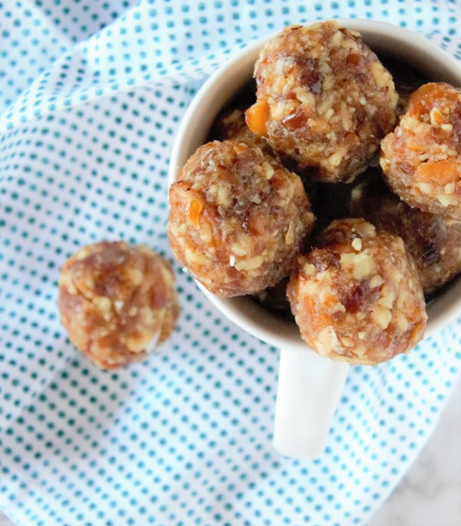 Deliciously creamy and slightly crunchy nut & date balls with a hint of coconut flavor.